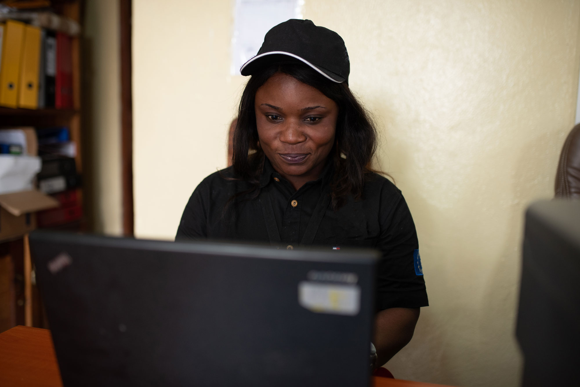 A refugee resettlement caseworker looking at her computer while at work. IRC/OAcland